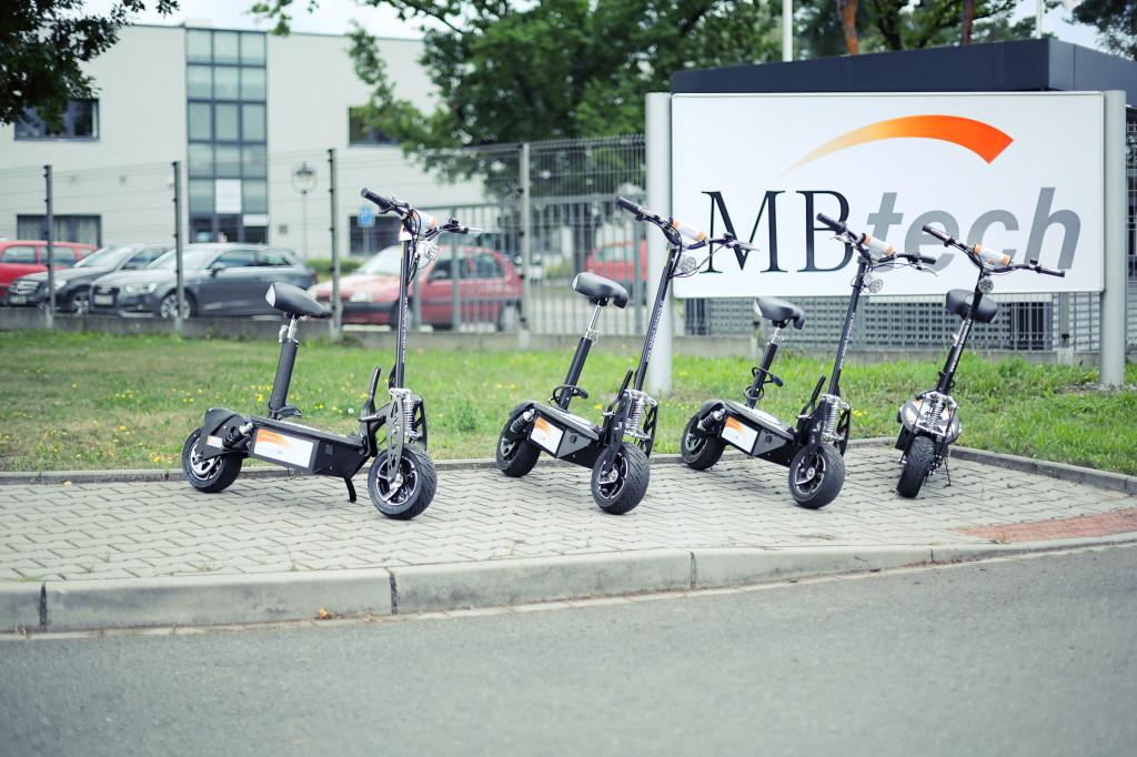 BreakBikes před pobočkou MBtech Bohemia v Plzni