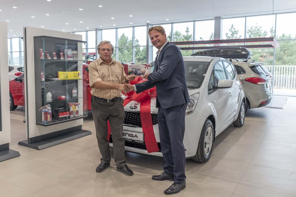 Rozjezd značky Kia vTUkas Auto Adámek oslavili předáním jubilejního 100. vozu Kia. Z rukou generálního ředitele skupiny Petra Lehkého si převzal klíče od nového vozu Kia Venga Miloš zPrahy 4 - Libuš.