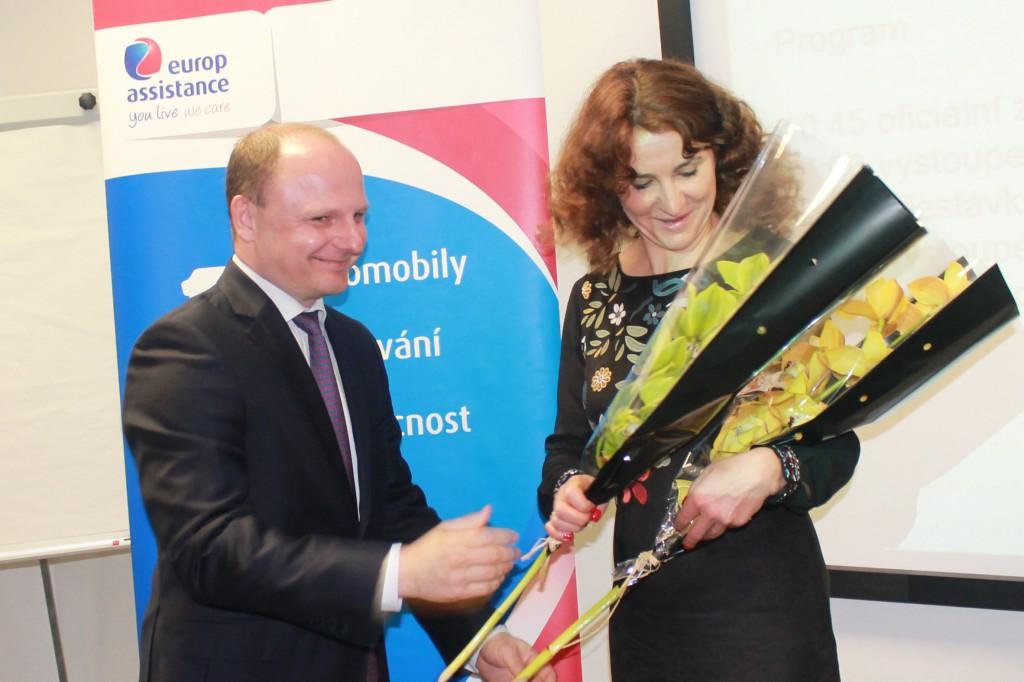S květinou přispěchal generální ředitel Europ Assistance Vladimír Fuchs